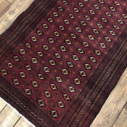 Tribal Rug トライバル ラグ 深いマルーンレッドベースに黄土色オーカーのグル紋章文様整列がデザインされた ビンテージ 手織り絨毯 ラグ