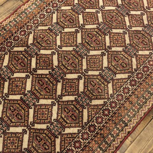 Tribal Rug トライバル ラグ 朱色とアイボリンベージュカラーで構成された菱形の紋章文様がデザインされた ビンテージ 手織り絨毯 ラグ